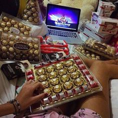 Uploaded by Find images and videos about food, sweet and chocolate on We Heart It - the app to get lost in what you love. Chocolate World, Chocolate Lovers, Chocolate Tumblr, Comida Disney, Disney Food, Junk Food Snacks, Food Snapchat, Diy Gifts For Kids, Aesthetic Food