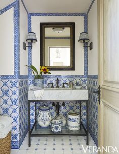 If you have a small bathroom in your home, don't be confuse to change to make it look larger. Not only small bathroom, but also the largest bathrooms have their problems and design flaws. White Bathroom Decor, White Decor, Bathroom Interior, Bad Inspiration, Bathroom Inspiration, Dressing Design, Bathroom Images, Bathroom Ideas, Bathroom Designs
