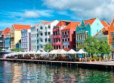 Cidades coloridas preview Da Bahia à Groelândia, separamos lindas cidades coloridas que prometem encantar os amantes da arquitetura e os apaixonados por turismo. São lugares que valem pelo menos uma visita e vários passeios. Confira e prepare seu roteiro de viagens!