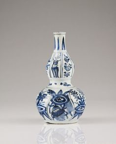 A Wanli gourd vase Chinese porcelain Blue decoration depicting floral motifs and precious objects Ming dynasty, Wanli period (1572-1620)