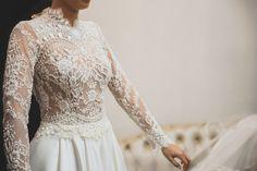 Vestido de Noiva com corpo em renda com mangas longas. Delicado e romântico.  Vestido de Noiva: Solaine Picolli  Foto:Milena Cavichi Fotografia