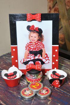 Lindas ideias de decoração para uma festa com o Tema Minnie Vermelha com convites e personalizados para imprimir de graça!