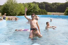 Fun voor iedereen in het buitendeel van het subtropisch zwembad. Park, Hot, Outdoor Decor, Parks