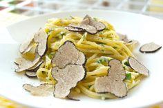 Spaghetti mit Trüffel und Parmesan ist ein einfaches aber leckeres Gourmet-Rezept. Alle Zutaten, Zubereitung sowie hilfreiche Tipps zu Trüffeln im Rezept.