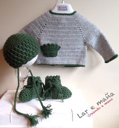 Conjunto chaqueta, gorro y botitas de bebé tejido a crochet y Lana 100% Merino.
