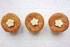 Bolinho de banana SUCESSO aqui do Comidinhas da Diana! ❤ Sem açúcar, trigo e leite. Pode ser feito na versão recheado com banana e canela. Fica sensacional! Eu costumo fazer meia receita porque mesmo assim rende uns 10 cupcakes. E pode congelar depois de assado!  RECEITA (medida da xícara - 240 ml): bata no liquidificador 4 bananas, 4 ovos, 1 xícara de uvas passas e 1/2 xícara de óleo (uso o de girassol). Despeja essa mistura numa tigela e mistura 1 xícara de farelo de aveia, 1 xícara de…