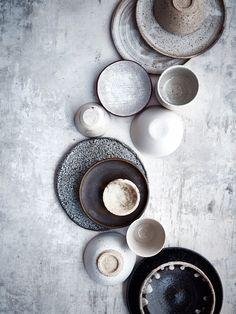 Ceramic Dinnerware - The Top Home Trends For Spring 2018 Wabi Sabi, Ceramic Plates, Ceramic Pottery, Ceramic Art, Pottery Plates, Slab Pottery, Earthenware, Stoneware, Still Life Photographers