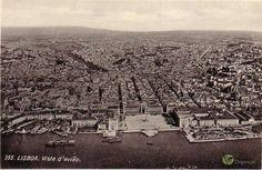 Postal antigo com vista aérea de Lisboa. Rio Tejo e Praça do Comércio em primeiro plano.