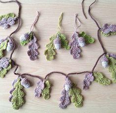 Acorns & Oak leaves - free crochet pattern (love the garland) by Jelly Designs. Crochet Leaves, Crochet Motifs, Crochet Flower Patterns, Crochet Flowers, Crochet Stitches, Crochet Bunting Free Pattern, Leaf Patterns, Pattern Flower, Love Crochet