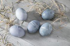 L'addition de jus de myrtille colore les œufs en gris. Tons Clairs, Papier Absorbant, Hacks, Diy, Colored Eggs, Natural Colors, Green Eggs, Lilac Color, Turmeric