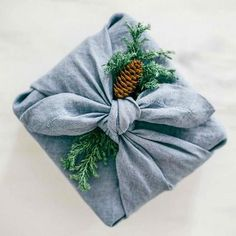 To reduce your ecological footprint, try Furoshiki wrapping, a traditional Japanese wrapping method in which you use a cloth to wrap gifts, bottles of sake or lunches. ♦๏~✿✿✿~☼๏♥๏花✨✿写☆☀🌸🌿🎄🎄🎄❁~⊱✿ღ~❥༺♡༻🌺<SA Feb ♥⛩⚘☮️ ❋ Diy Holiday Gifts, Diy Gifts, Handmade Gifts, Wrap Gifts, Japanese Gift Wrapping, Japanese Gifts, Gift Wrapping Tutorial, Wrapping Ideas, Wrapping Gifts