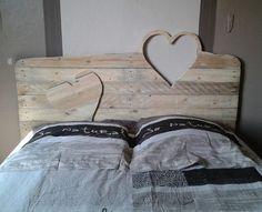 tête de lit palette de bois massif, murs gris taupe et literie assortie