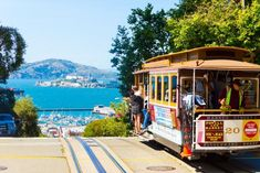 Ride on cable cars in downtown - Things to do in San Francisco San Francisco Downtown, Weekend In San Francisco, San Francisco Cable Car, San Francisco Travel, Ro Do, Golden Gate Park, California Travel, California Baby, Unusual Things