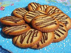 Deliciosas galletas de claras , a que son chulis?? A mi hija tengo que quitarle la lata,jajaja  Con KitchenAid.