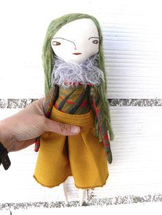Muñeca con larguísimo pelo de alpaca y seda cosido a mano. Un ojo marrón y otro verde. Bordada a mano.  32 cm de AntonAntonThings en Etsy