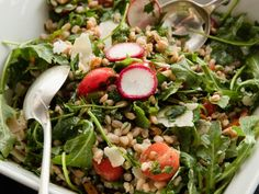Get NYT Charlie Bird's Farro Salad Recipe saw on Ina's Cook like a pro portable food. Perfect for potluck Get NYT Charlie Bird's Farro Salad Recipe saw on Ina's Cook like a pro portable food. Perfect for potluck Barefoot Contessa, Food Network Recipes, Cooking Recipes, Healthy Recipes, Yummy Recipes, Tzatziki, Fresco, Clean Eating Snacks, Healthy Eating