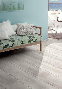 La gama de #suelos #laminados Breeze Line de Ter Hurne viene con matices de colores fríos que le dan mucha iluminación, frescura y minimalismo a cualquier espacio. Proporcionan una sensación de serenidad, relajación y paz.