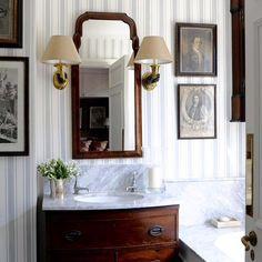 Awesome Small Powder Room Design Ideas Home Ideas Bathroom Wallpaper Vintage, Vintage Bathtub, Vintage Bathrooms, Chic Bathrooms, Powder Room Decor, Powder Room Design, Powder Rooms, Small Room Design, Bathroom Inspiration
