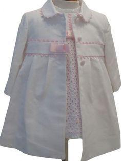 Abrigo de piqué con capota para niña blanco con camel. Baby Girl Dress Patterns, Little Girl Dresses, Baby Dress, Girls Dresses, Baby Coat, Baby Couture, Baby Sewing, Kind Mode, Doll Clothes