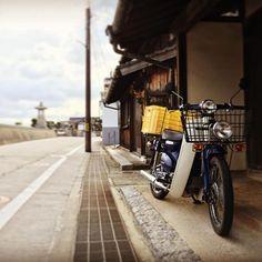 島仕様の原付き。みかんコンテナ付きだから。。。 #tobishima #mitarai #呉市 #原付きバイク #oosakishimojima #hiroshimagram #黄色好き