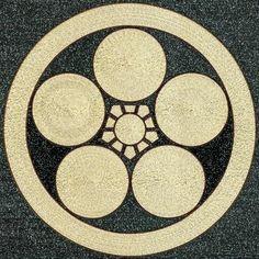 丸に梅鉢/丸テーブル5つと五角形のテーブル1つを組み合わせて梅の花を表現。松竹梅が揃うのとともに。花開くというポジティブイメージを歓喜できる。