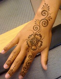My daughter does amazing henna tattoos like this. :o)