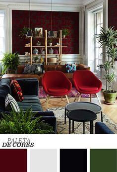Papel de parede vermelho, geométrico e aveludado. Sofá de couro marrom. Sofá verde de veludo. Almofadas aveludadas. Poltronas vermelhas... Ufa! Para balancear a decoração desta sala, muito verde e uma estante de madeira. Veja mais clicando na imagem!