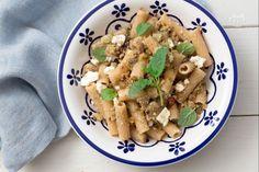 La pasta fredda melanzane e feta è un piatto mediterraneo da gustare anche freddo insaporito menta, capperi e briciole di pane integrale!