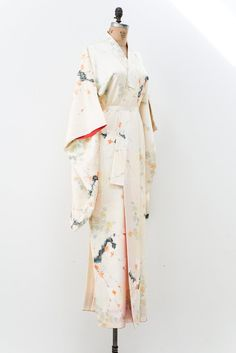 Overview Care Shipping DESCRIPTION: Vintagesilk kimono with long sleeves and features plum blossoms motifs.CONDITION:Great. Some small faint marks, not notic