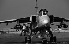 French Armée de l'Air Sepecat Jaguars taxi out for a sortie during the first Gulf War. Jaguar, French Army, Black And White Pictures, Military History, Military Aircraft, Taxi, Air Force, Fighter Jets, West Wing