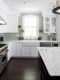 Love the tall white cabinets (I'd prefer cabinets that go to the ceiling without a soffet), and the island