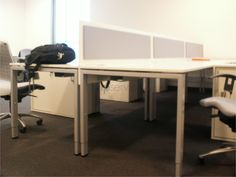 Solidna konstrukcja i nowoczesny design biurek.