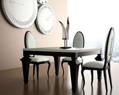 Es una mesa con sillas, estilo clásico, para comer. Está en el salón-comedor.