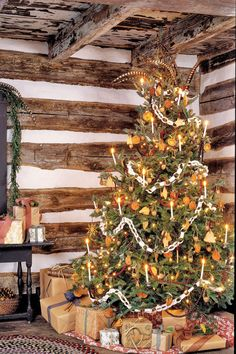 25 Ways to decorate your Christmas tree ~A Colonial Christmas~ Page Bebe'! Love this rustic Christmas Tree! Christmas Tree Game, Best Christmas Tree Decorations, Prim Christmas, Country Christmas, Xmas Tree, Vintage Christmas, Cowboy Christmas, Cabin Christmas Decor, Father Christmas