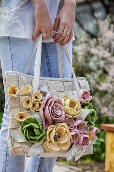 Felt Bag Models,, We have prepared magnificent models. Bags of felt m . Felt Diy, Felt Crafts, Felt Flowers, Fabric Flowers, Bag Quilt, Sac Vanessa Bruno, Felt Purse, Felt Bags, Flower Bag