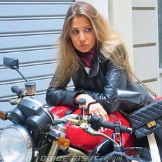 Foto e video Motorbike Girl, Ducati Monster, N Girls, Biker Chick, Foto E Video, Motorbikes, Babe, Leather Jacket, Rock