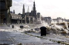 De Schelde in Antwepen kan soms tonen dat ze er nog is // Once in a while the river the Scheldt shows its power ...