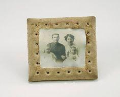 O sargento M. Herring usou um dos biscoitos da ração de comida dada aos soldados para fazer um porta-retratos. Como eram muito duros, os biscoitos frequentemente eram usados em souvenires criados pelos combatentes, segundo o Museu Imperial da Guerra de Londres, no Reino Unido