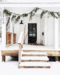 40 Best Simple Winter Outdoor Decorations - Home Design Scandinavian Christmas Decorations, Easy Christmas Decorations, Holiday Decor, Outdoor Decorations, Outdoor Garland, Noel Christmas, Simple Christmas, Winter Christmas, Minimalist Christmas