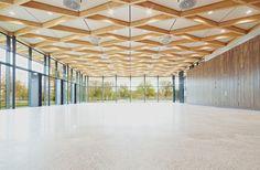 Die Halle ist durch ein hölzernes Tragwerk geprägt, die als rautenförmiger Trägerrost aus einer sichtbaren Leimholzkonstruktion ausgebildet ist