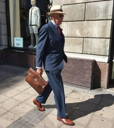 Walking to the bank. #menwithstyle #welldressedman #welldressed #vintagemannen #vintageclothing #vintage #vintagesuit #1950s #50sfashion #vintagebriefcase #turman #dandy #dapper #dapperman #panamahat #crockettandjones