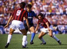 Marco Van Basten y Carlos Ancelotti marcan a Dunga, en un Pisa-Milán, temporada 1987-1988.