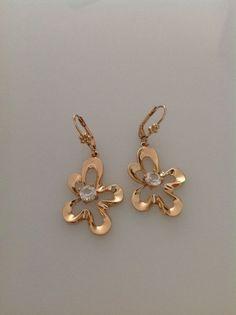 עגילים בצבע זהב כדוגמת פרח תלויים עם אבן סברובסקי אורך העגילים כ 3סמ רוחב העגילים כ 2.5 סמ  משלוח בדואר רשום עם מס משלוח למעקב מגיע באריזת מתנה תוך שמירה על התכשיט
