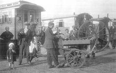 scharenslijper philip schneider in het woonwagenkamp binckhorstlaan den haag 1921 linkes een parapluverkoper