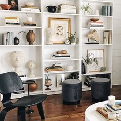 Decorative Accents For Your Living Room Tables – Home Decor Tips Bookshelves In Living Room, Decorating Bookshelves, Billy Ikea, Billy Regal, Bookcase Styling, Cozy House, Home Decor Inspiration, Living Room Decor, House Design