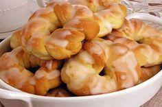 INGREDIENTES 1 tablete de fermento biológico fresco (15g) 1 ovo 2 colheres (sopa) de leite em pó 1 colher (copa) de açúcar 1/2 colher (chá) de sal 1/2 lata de leite condensado 1 xícara (chá) de leite 3 colheres (sopa) de manteiga 3 xícaras (chá) de farinha de trigo (aproximadamente) Manteiga e farinha de trigo…