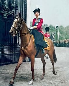 Queen Elizabeth II riding back after the Trooping of the Colour ceremony. Very nice picture for Queen Elizabeth II. Princesa Elizabeth, Elizabeth Queen, Queen Elizabeth Ii Birthday, Trooping Of The Colour, Estilo Real, Isabel Ii, Her Majesty The Queen, English Royalty, Queen Of England