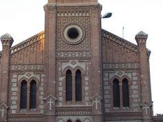 Iglesia de Santa Cristina. En origen fue diseñada en estilo neogótico, finalmente Repullés y Vargas ejecutó un edificio neomudéjar. Se ubica en el barrio de Puerta del Ángel. Madrid