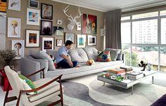 Tons de cinza e bege colorem a sala de estar, que tem sofá, da Decameron, com almofadas, da Stiledoc, e tapete, da Punto e Filo. À esq., poltrona Dinamarquesa, do brasileiro Jorge Zalszupin, à venda na Etel Interiores (Foto: Marco Pomarico e Victor Affaro)