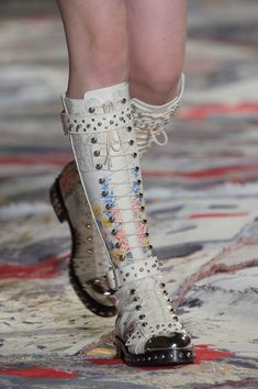 Alexander McQueen at Paris Fashion Week Spring 2017 - Details Runway Photos Cute Shoes, Me Too Shoes, Alexander Mcqueen 2018, Paris Fashion, Fashion Shoes, Women's Fashion, Types Of Shoes, Beautiful Shoes, Combat Boots